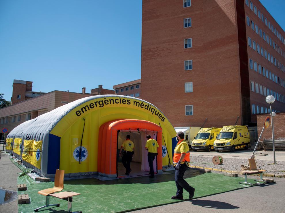 Hospital de campaña instalado en Lérida junto al centro hospitalario Arnau este viernes.