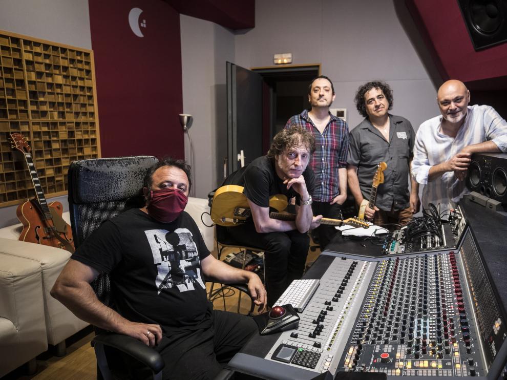 Gabriel Sopeña, a la derecha, en los estudios Luna Nueva junto a los músicos que están grabando el nuevo disco.