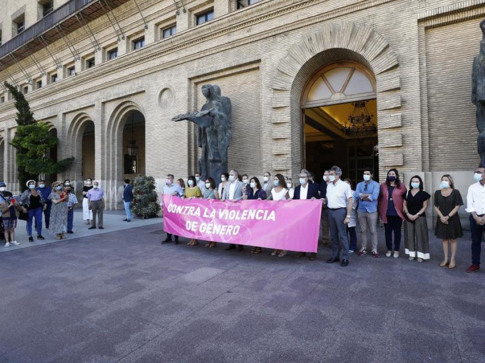 Concentración contra la agresión sexual en Las Delicias celebrada este lunes a las puertas del Ayuntamiento de Zaragoza.