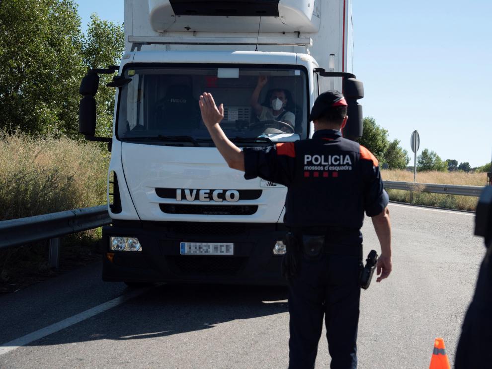 Varios Mossos d'Esquadra realizan un control de carreteras en la comarca del Segrià