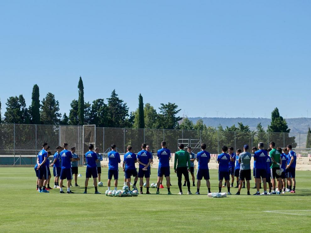 Imagen de la larga charla llevada a cabo por Víctor Fernández con la plantilla al inicio del entrenamiento de este martes, posterior a la derrota por 2-4 ante el Rayo Vallecano.