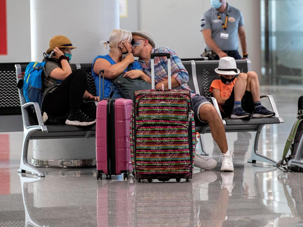 Unos turistas en el aeropuerto de Palma de Mallorca.
