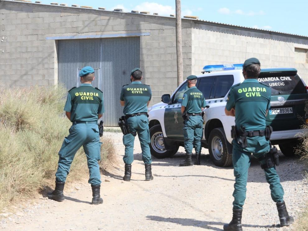Operativo establecido en Albalate de Cinca para el traslado de los temporeros contagiados del asentamiento ilegal al polideportivo.