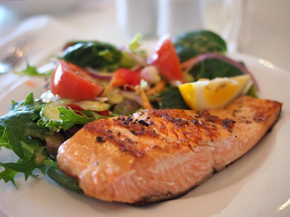 Un plato de salmón.