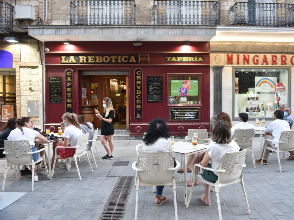 Ambiente en los bares de Huesca durante el partido.