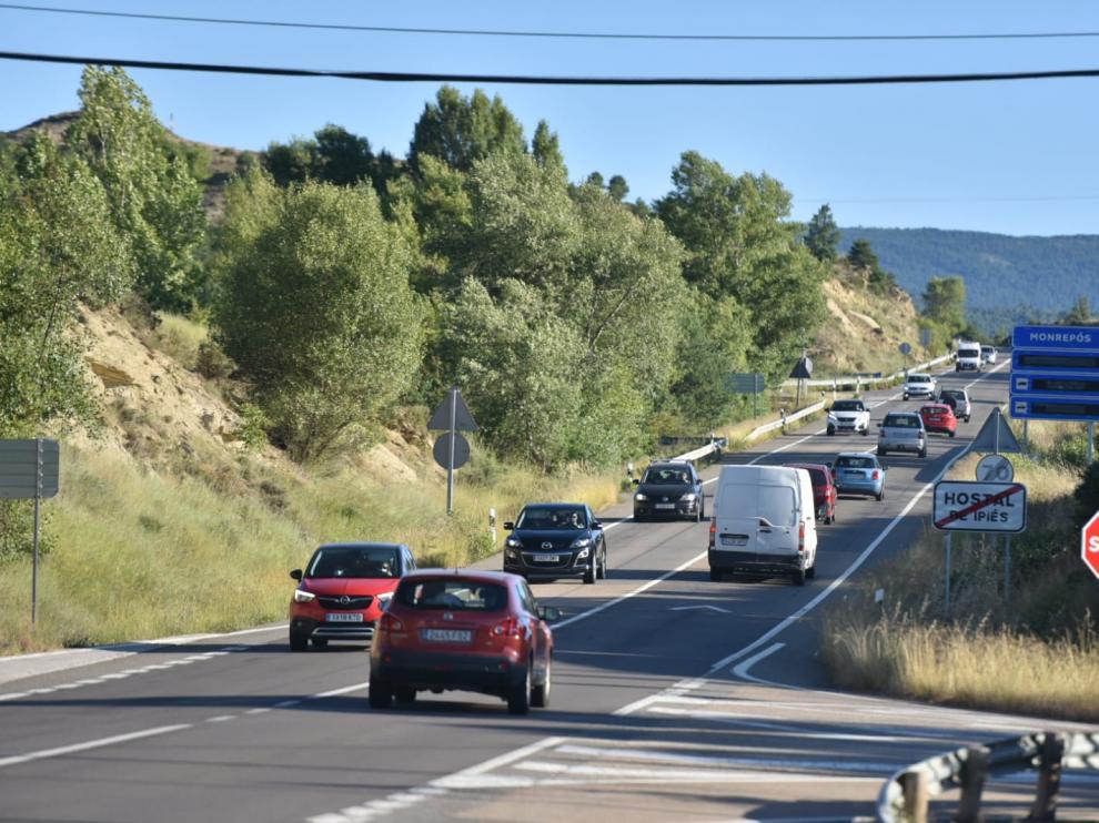 Tráfico en el puerto de Monrepós a las ocho de la tarde del viernes en dirección al Pirineo.