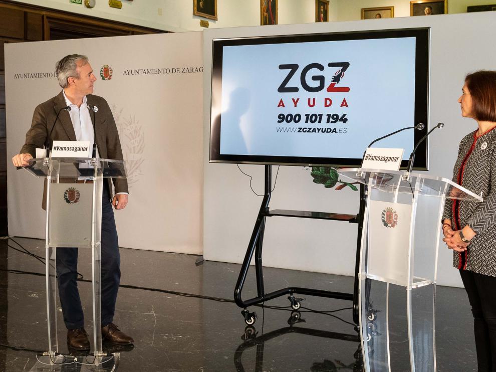 El alcalde de Zaragoza, Jorge Azcón, y la vicealdaldea, Sara Fernández, en la presentación de la aplicación.
