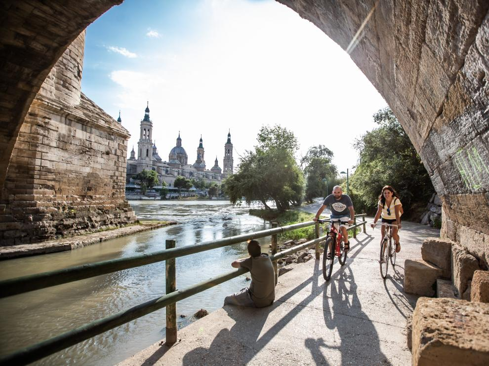 Una ciudad para disfrutar en bici junto al río Ebro.