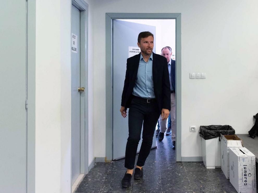 Lalo entra en la sala de prensa de la Ciudad Deportiva.
