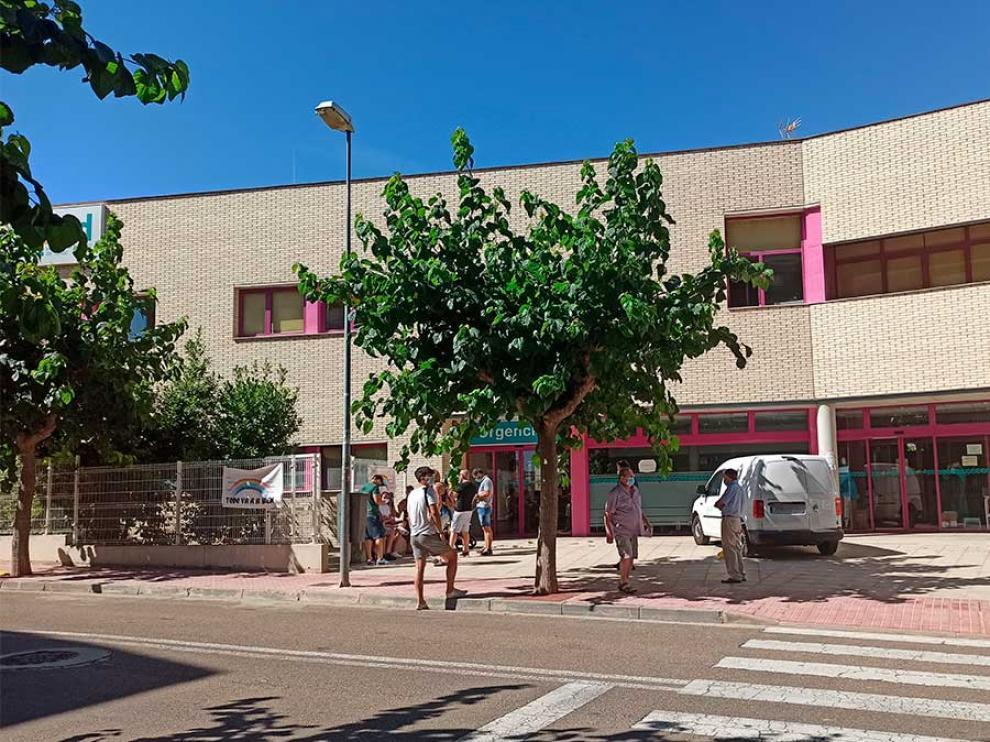 Pacientes esperando este viernes para hacerse la prueba en el centro de salud de Alcañiz.