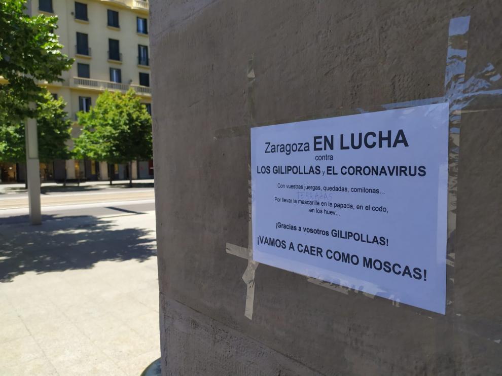Uno de los carteles colocados este sábado en el paseo de la Independencia.