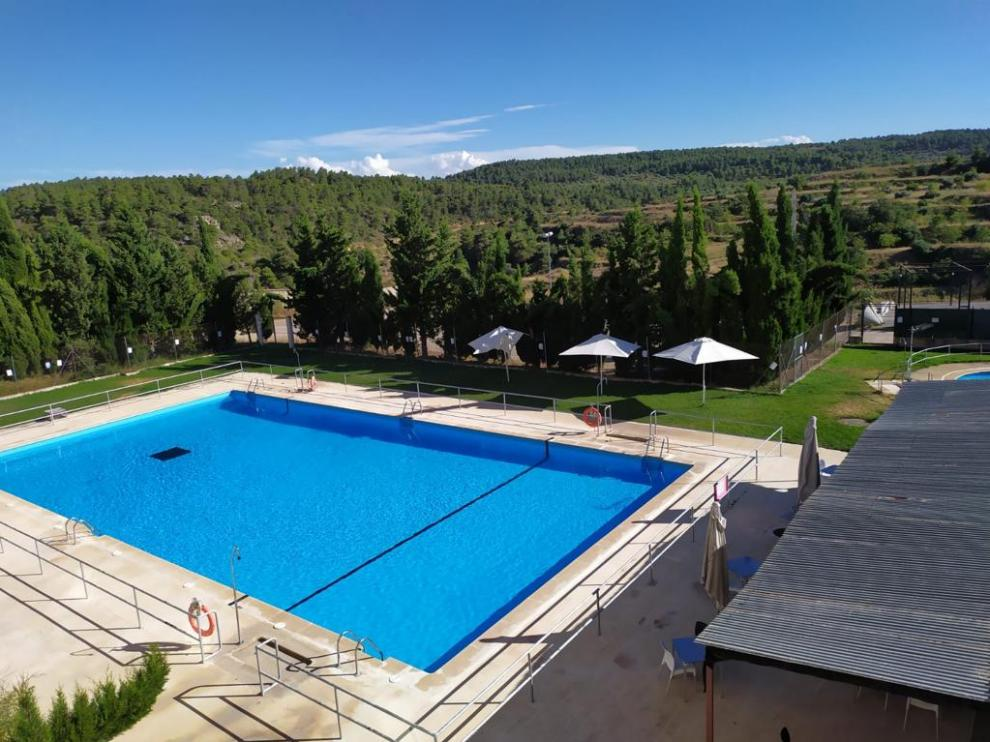 Las piscinas de Valjunquera, abiertas al público pero sin usuarios.