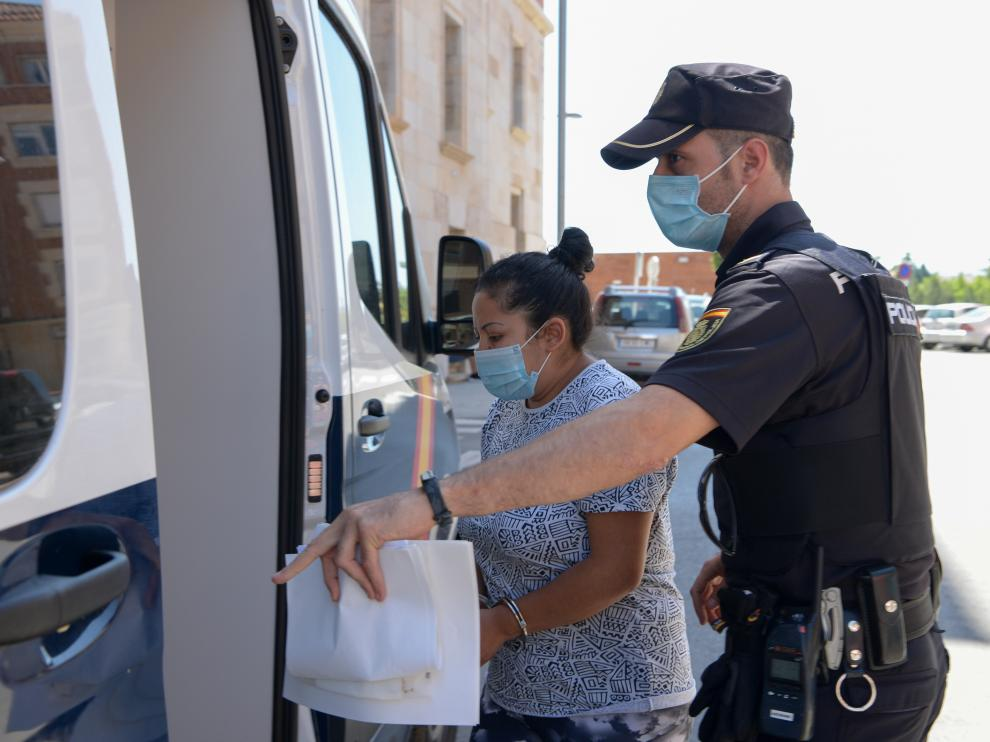 La detenida, en el momento de subir al furgón policial.