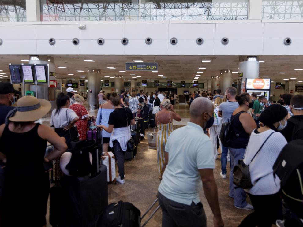 Regreso de turistas británicos tras imponerse una cuarentena en R. Unido a los viajeros procedentes de España