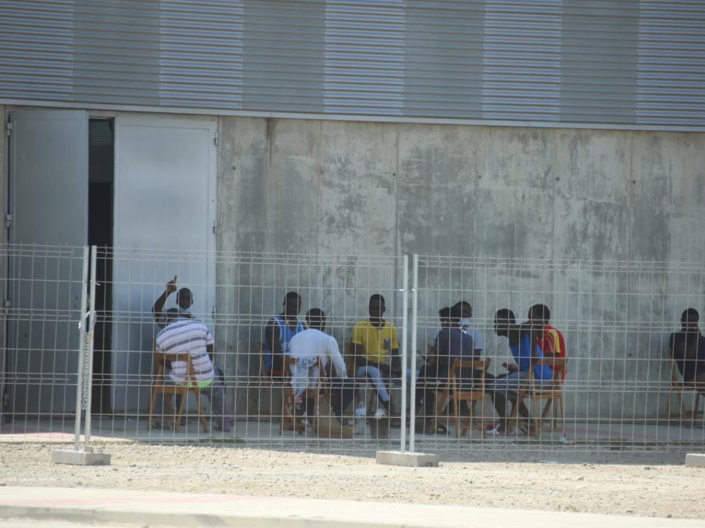 Los temporeros de Albalate, en el polideportivo antes de trasladarse de nuevo al almacén.