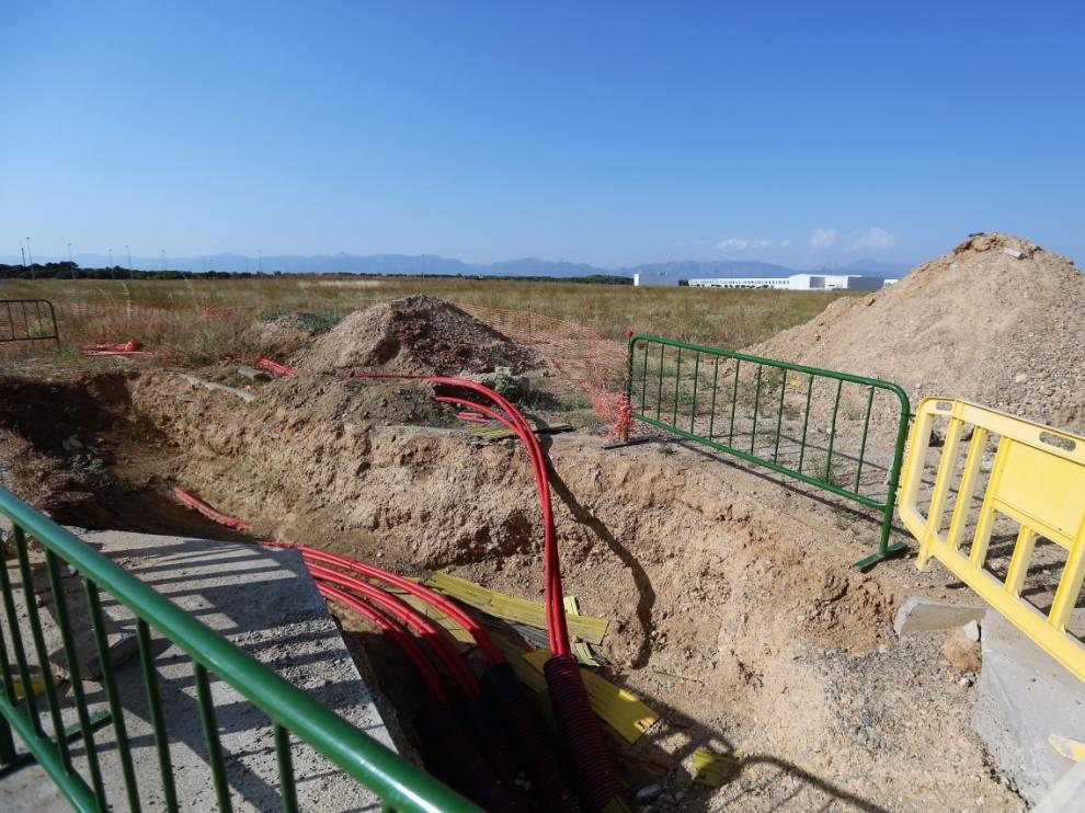 Zanjas excavadas para el tendido de redes en las parcelas compradas por Amazón en Plhus.