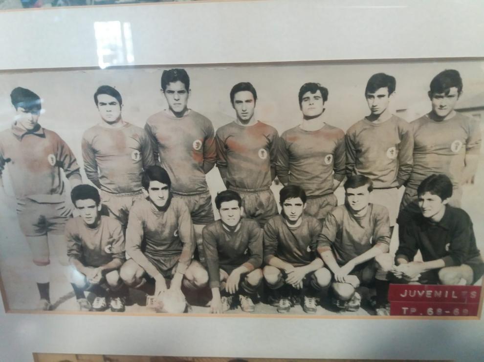 Antonio, segundo por la derecha en la fila inferior, formando con el juvenil del Montecarlo en la temporada 1968-1969.