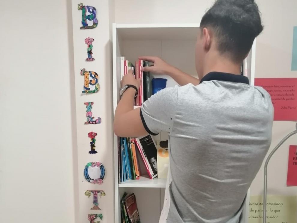 El menor marroquí de 16 años que devolvió la cartera con 360 euros, en la biblioteca del centro residencial Fueros.