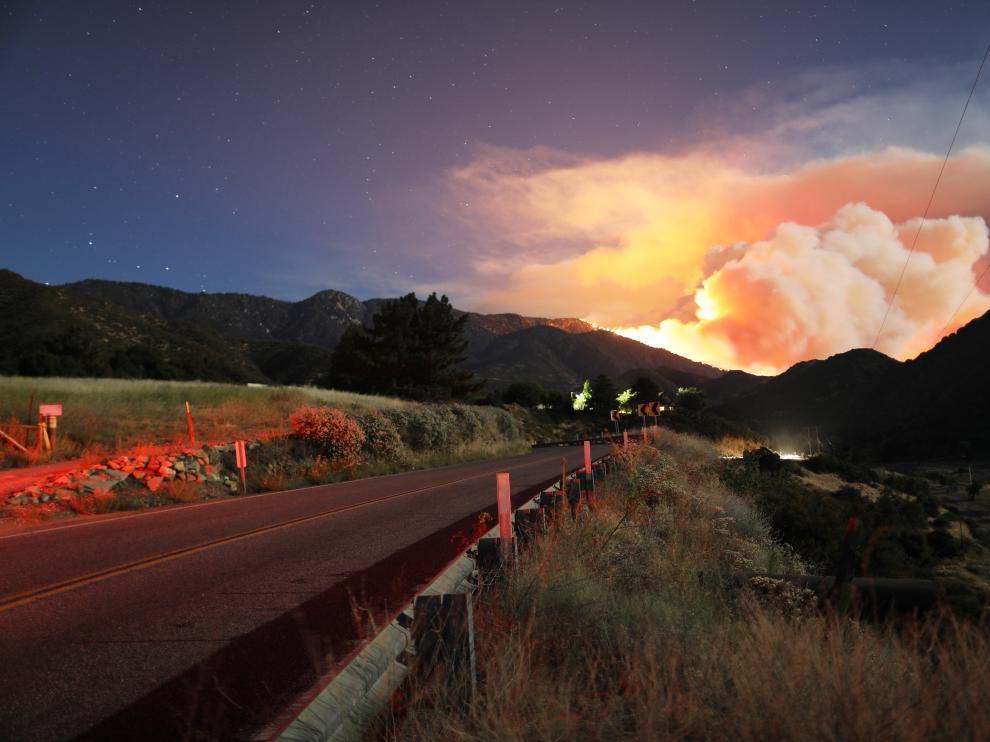 Miles de evacuados por un incendio forestal al sur de California.