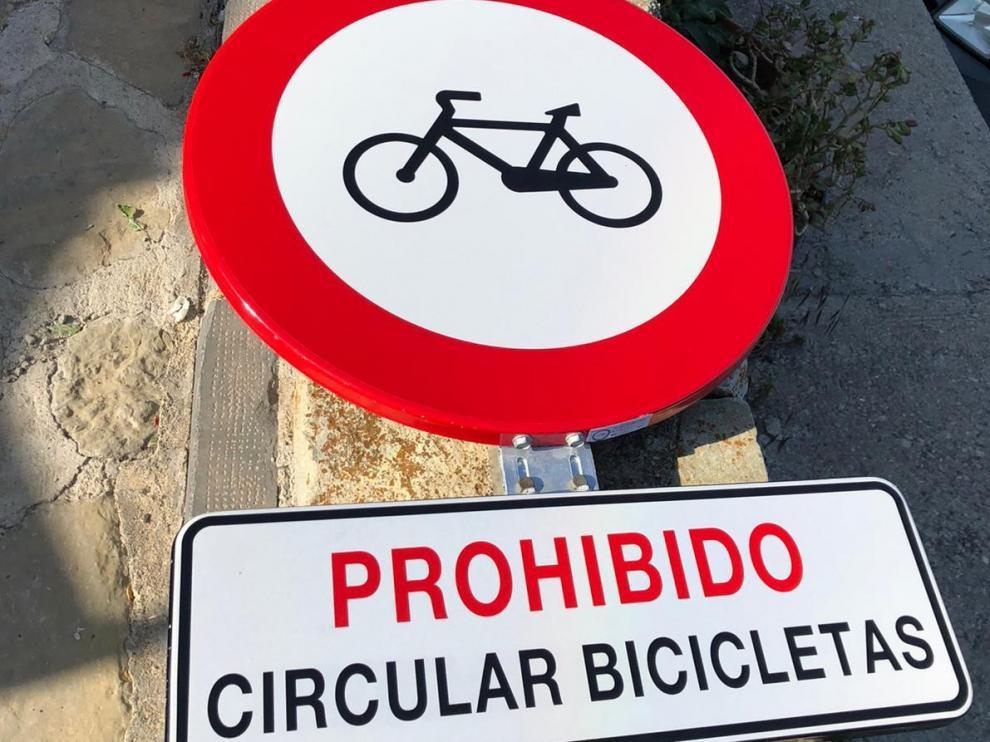 Señal colocada para prohibir la circulación en bici por la calle De la Fuente de Cerler.