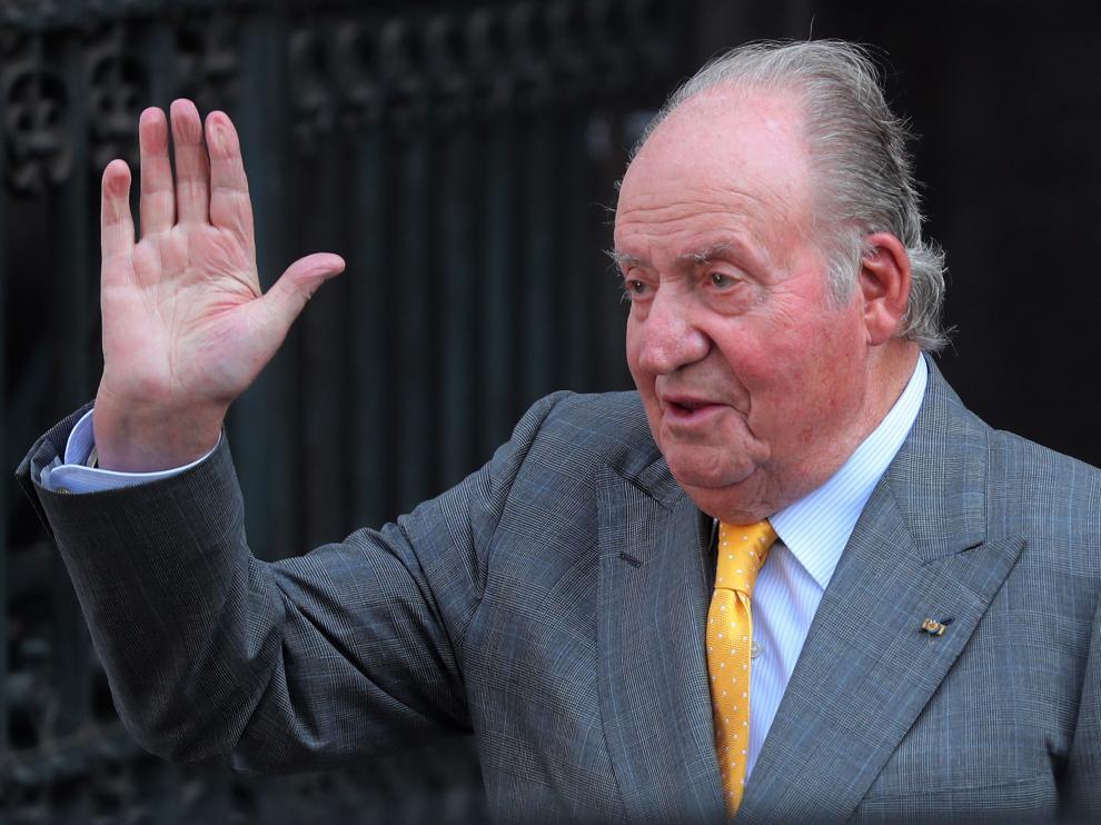 El rey Felipe VI escucha a su padre, Juan Carlos I, durante un acto celebrado en Palma de Mallorca en abril de 2018