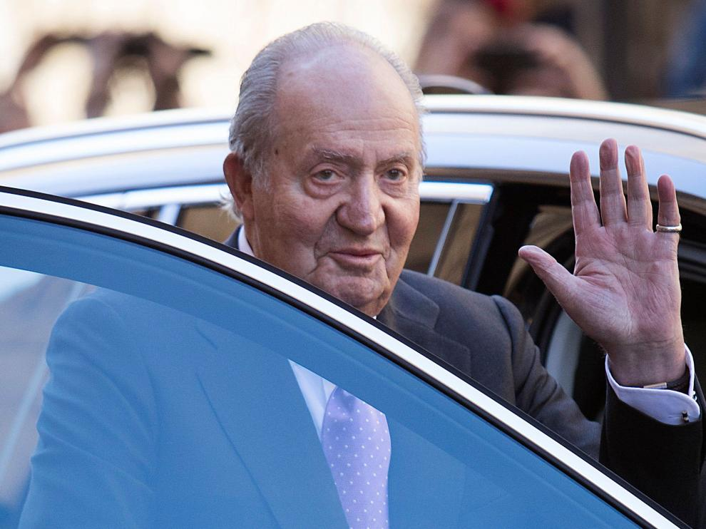 Juan Carlos I se despide de los ciudadanos tras asistir a la tradicional misa de Domingo de Resurreción en Palma en 2018.Spain's former king Juan Carlos is once again in the spotlight after his former mistress claimed he was involved in money laundering, sparking calls for an investigation. The scandal broke after two Spanish websites published recordings attributed to Corinna zu Sayn-Wittgenstein in which she alleges Juan Carlos tried to hide money transfers and used her name to buy property in Monaco and Morocco. The German aristocrat, who is based in Monte Carlo, also said he told her he had moved money into the account of a cousin, Alvaro d'Orleans Bourbon, in Switzerland.  / AFP PHOTO / JAIME REINA