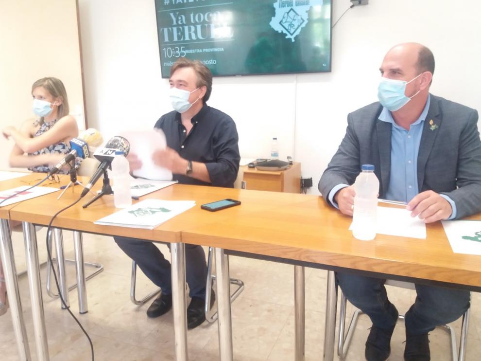 De izquierda a derecha, Bea Martín, Tomás Guitarte y Joaquín Egea, en la sede Teruel Existe.