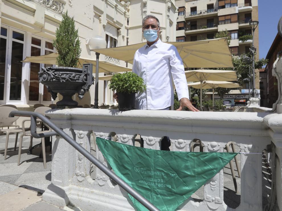 Carmelo Bosque, con una maceta de albahaca en la terraza del Casino, donde está su restaurante Lillas Pastia.