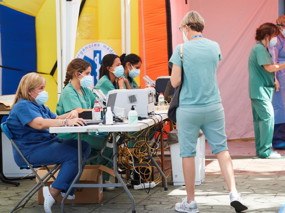 Cribado masivo y voluntario para detectar casos de coronavirus en la localidad de Tarrasa, en Barcelona, este viernes.