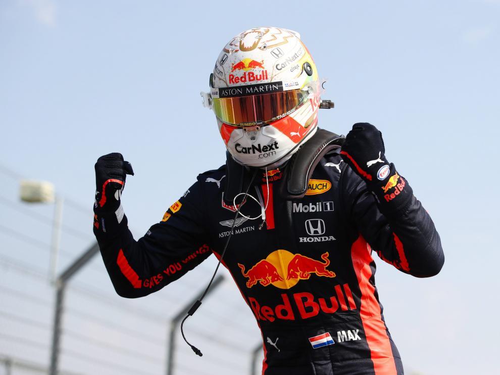 El piloto de Red Bull Max Verstappen celebra la victoria.