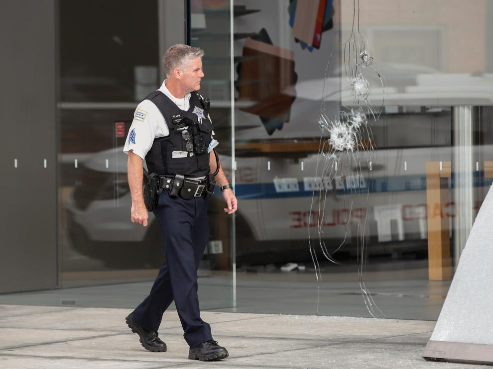 A Chicago Police officer inspects an Apple store that was vandalized in Chicago, Illinois, U.S. August 10, 2020. REUTERS/Kamil Krzaczynski [[[REUTERS VOCENTO]]] USA-CHICAGO/LOOTING