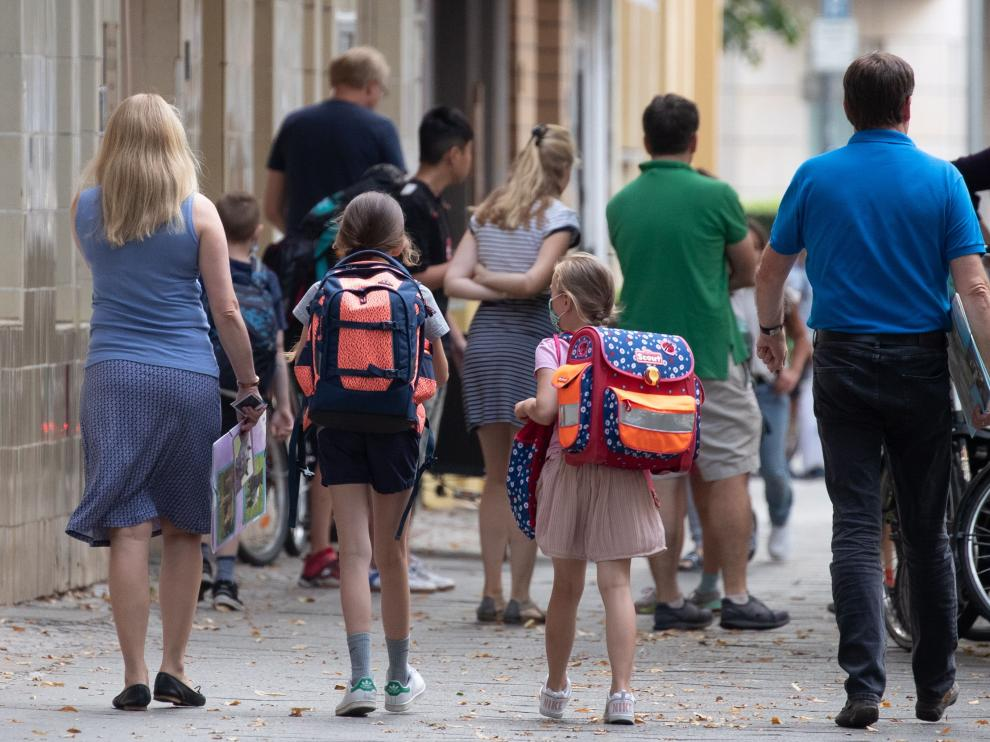 Berlin (Germany), 10/08/2020.- Students and parents arrive to Catholic school St. Louis (Katholische Grundschule Sankt Ludwig) in Berlin, Germany, 10 August 2020. Many of Germany's federal states have planned on making face masks compulsory in schools due to the ongoing coronavirus pandemic. (Alemania) EFE/EPA/HAYOUNG JEON New school year begins in Germany amid coronavirus woes
