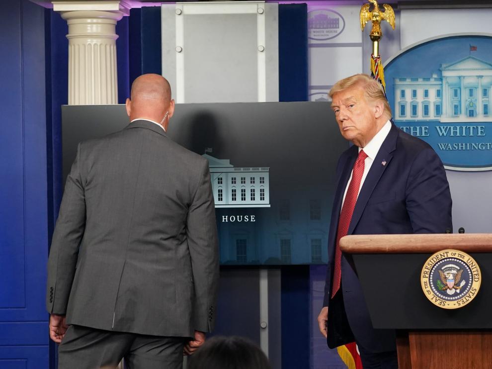 Momento en el que Trump abandonó la rueda de prensa