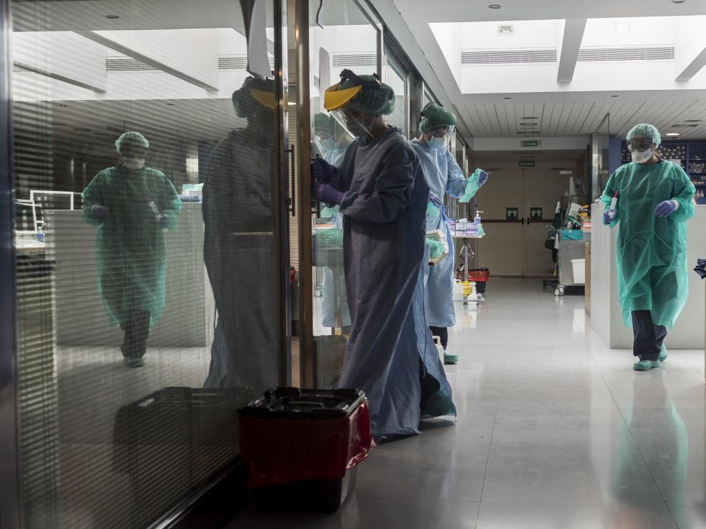 Personal sanitario en una uci durante la pandemia.