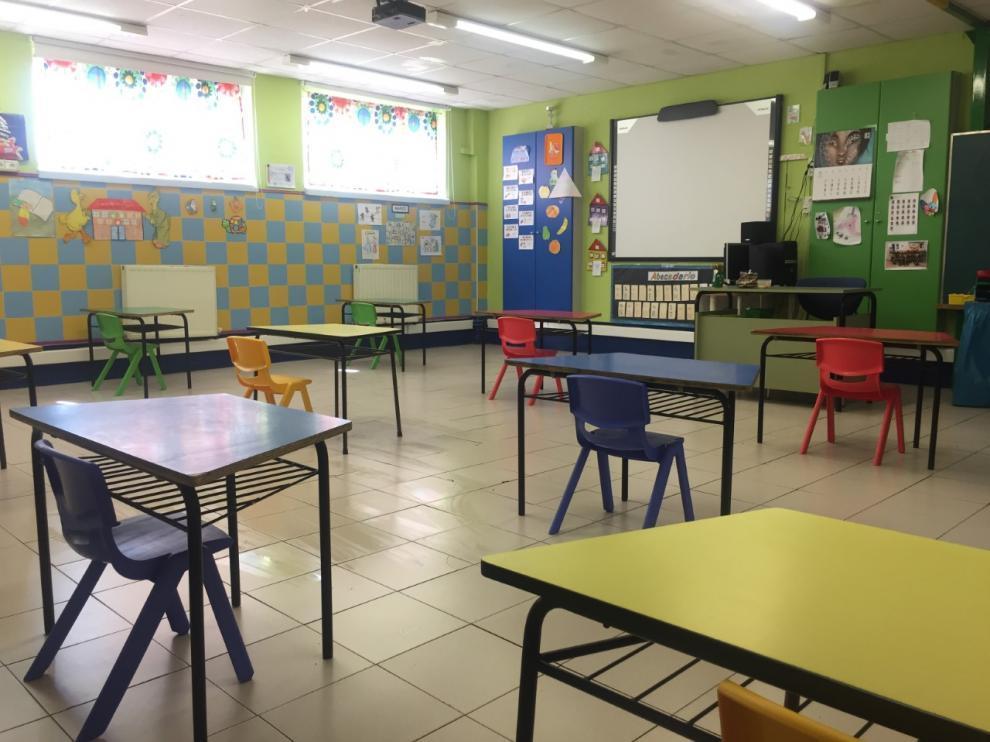 Aula de infantil del colegio concertado Sagrada Familia de Zaragoza con las mesas separadas para cumplir con las distancia física.