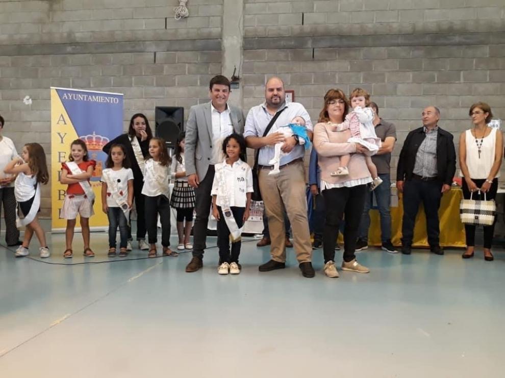 El alcalde de Ayerbe, Antonio Biescas, en el homenaje a los bebés con la puesta de la pañoleta durante la última Feria de Alternativas Rurales del Pirineo.