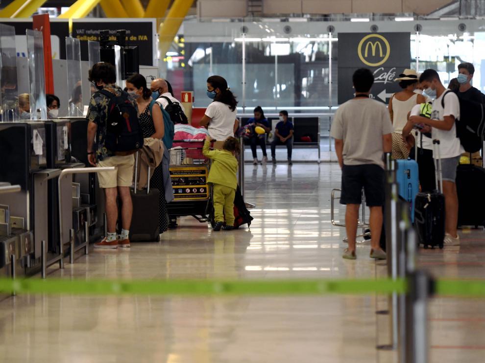 Pasajeros facturando en la terminal T1 del aeropuerto de Madrid-Barajas Adolfo Suárez, en Madrid el pasado 27 de julio.