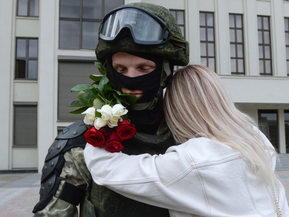 Una mujer abraza a un agente que vigilaba una protesta de apoyo a la oposición