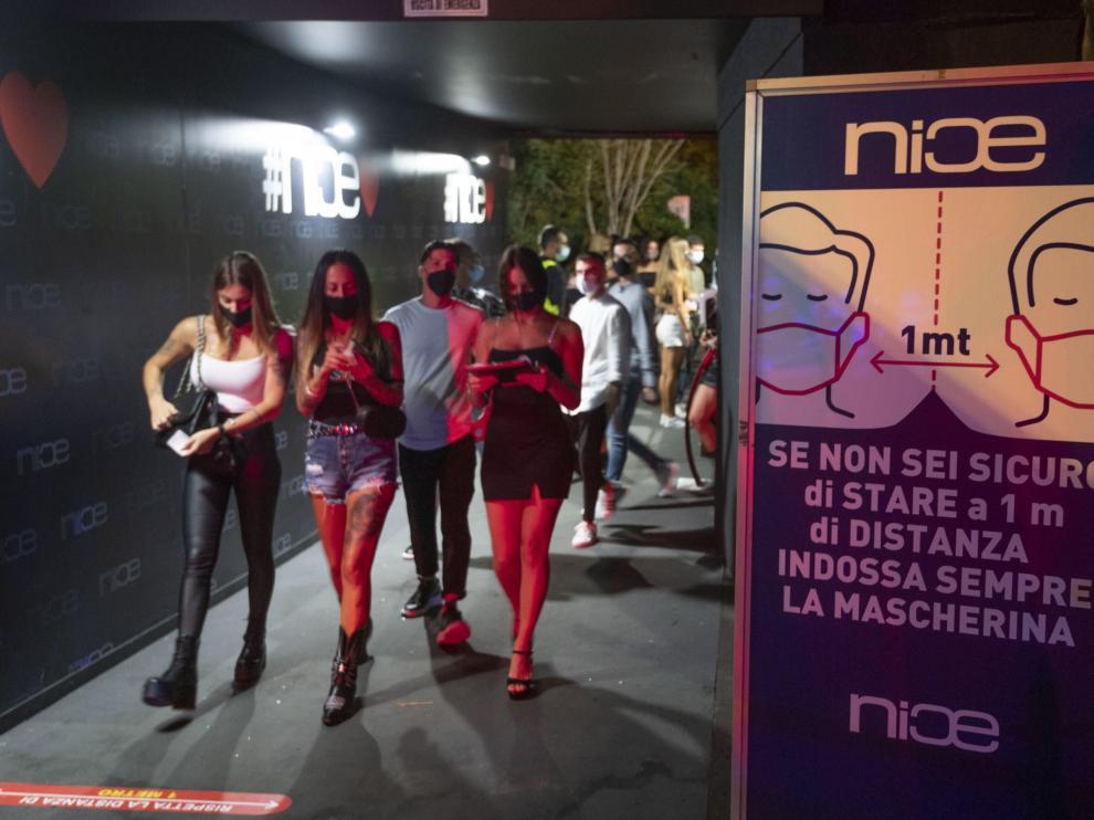 Jóvenes acceden a una discoteca con mascarilla el 15 de agosto en Roma.