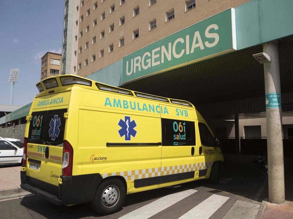 Una ambulancia del 061 entrando a las urgencias del Hospital Miguel Servet de Zaragoza.