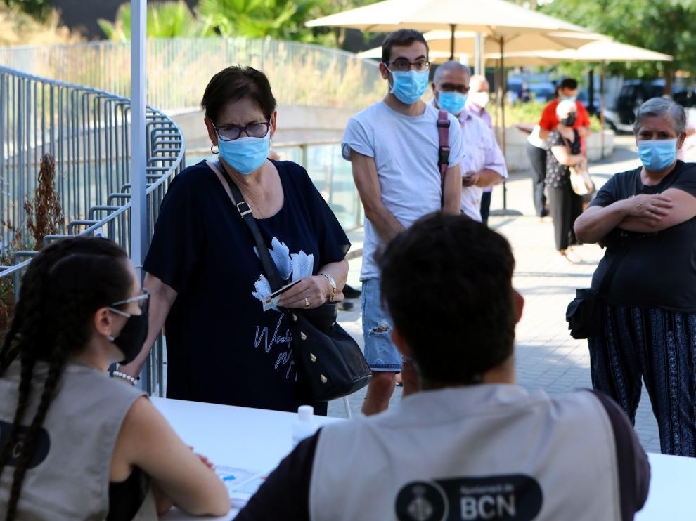 Varias personas se hacen el test PCR en Barcelona, el pasado sábado.