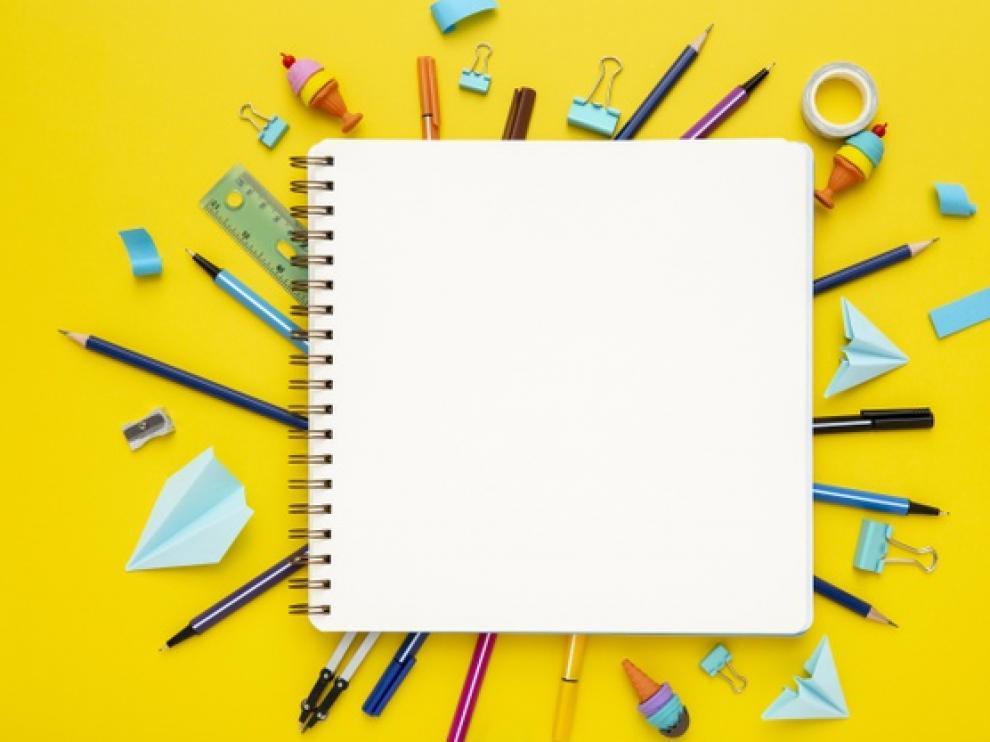 Con papeles de colores, recortes de revistas o periódicos se pueden decorar los cuadernos escolares.