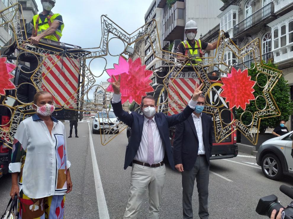 El alcalde de Vigo, Abel Caballero, inaugura los trabajos de instalación del alumbrado navideño.