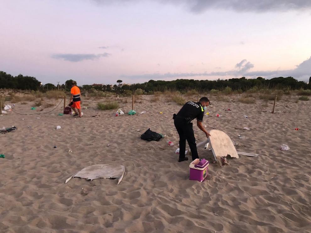 Disuelven un botellón de unos 50 jóvenes en la playa de Torredembarra.