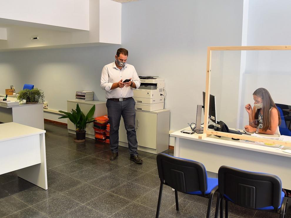 Empleados municipales en la oficina del ARRU, en la plazo López Allué de Huesca.