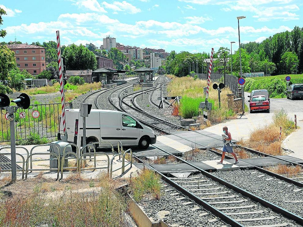 El paso a nivel de Teruel está situado en puertas de la estación del ferrocarril.