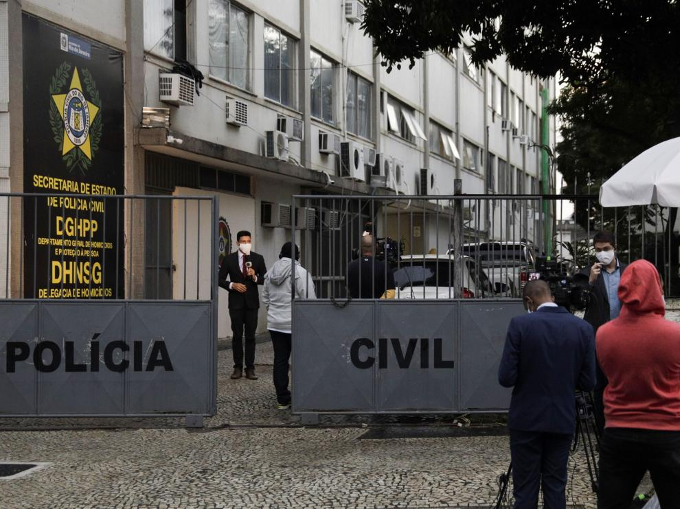 Journalists report from outside the police station where people detained in connection to the June 2019 killing of pastor Anderson do Carmo, husband of Brazilian Congresswoman Flordelis de Souza, who is charged with ordering her husband's execution, are held in Niteroi near Rio de Janeiro, Brazil, August 24, 2020. REUTERS/Ricardo Moraes [[[REUTERS VOCENTO]]] BRAZIL-CRIME/