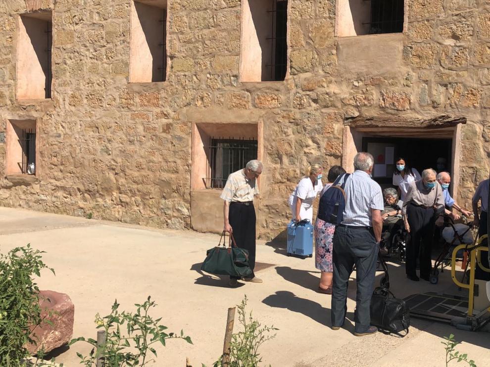 Los residentes de Burbáguena trasladados a Gea se suben al vehículo que los devolverá a la residencia de origen.
