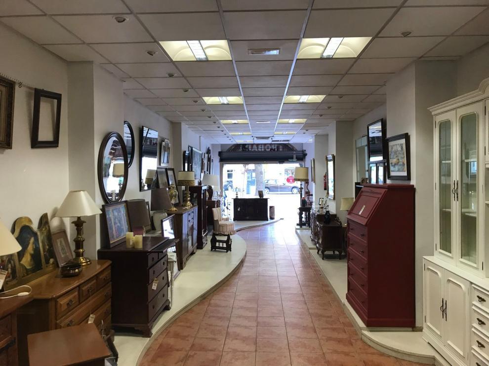 Interior de la tienda de muebles de Cáritas en Huesca.