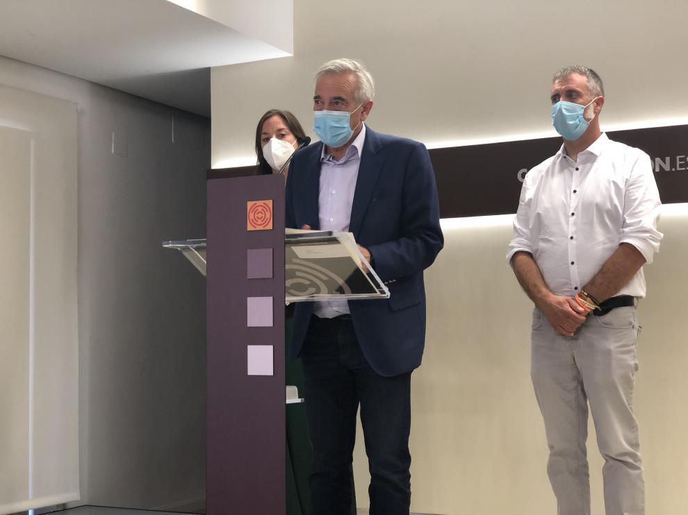 Javier Sada, este miércoles junto a la vicepresidenta primera y al vicepresidente segundo de la Mesa de las Cortes